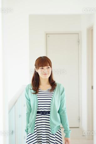 廊下に立つ女性の写真素材 [FYI02055777]