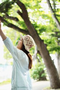 手を伸ばす女性の横顔の写真素材 [FYI02055778]
