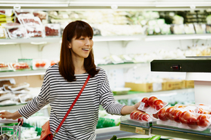 スーパーマーケットで買い物をする女性の写真素材 [FYI02055782]