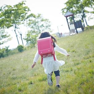 走るランドセルを背負った女の子の後ろ姿の写真素材 [FYI02055801]