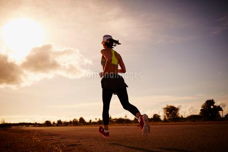 ランニングをする女性の写真素材 [FYI02055813]