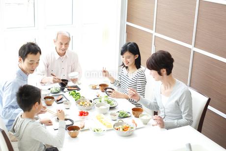 食事をする三世代ファミリーの写真素材 [FYI02055829]