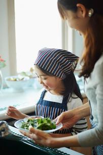 キッチンでサラダを作る親子の写真素材 [FYI02055836]