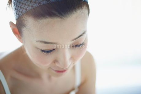 洗顔をする女性の写真素材 [FYI02055882]