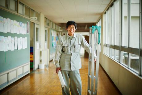笑顔の学校用務員の写真素材 [FYI02055884]