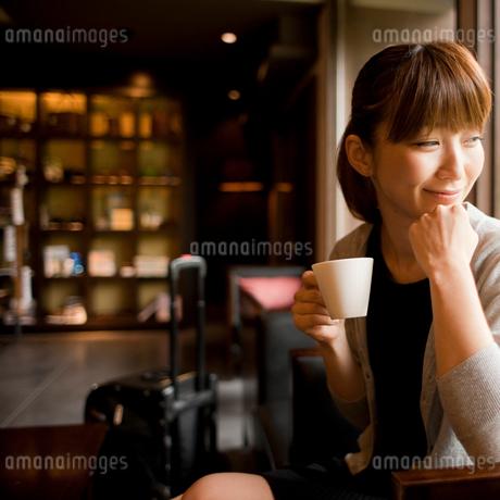 ラウンジでくつろぐ旅行中の女性の写真素材 [FYI02055885]