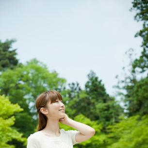 新緑と青空と笑顔の女性の写真素材 [FYI02055887]