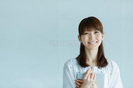 タブレットPCを持つ女性の写真素材 [FYI02055906]