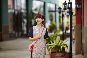 ウインドウショッピングをする女性の写真素材 [FYI02055909]