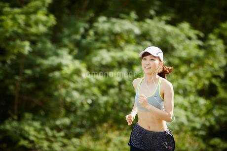 ランニングをする女性の写真素材 [FYI02055924]