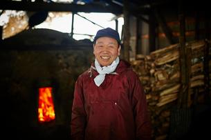 炭焼き小屋のシニア男性の写真素材 [FYI02055942]