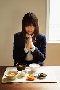 食卓で手を合わせる女子学生の写真素材 [FYI02055947]