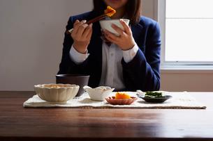 食事をする女子学生の写真素材 [FYI02055949]