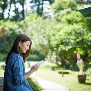 本を読む女性の写真素材 [FYI02055960]