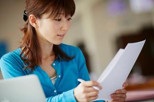 書類を見る女性の写真素材 [FYI02055991]