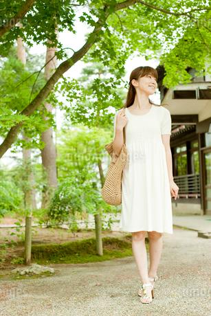 バッグを持って散策する女性の写真素材 [FYI02056001]