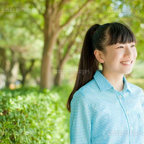 笑顔の10代女性の写真素材 [FYI02056017]