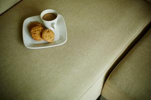 ソファの上のクッキーとコーヒーの写真素材 [FYI02056019]