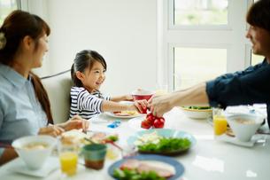 食事をするファミリーの写真素材 [FYI02056028]