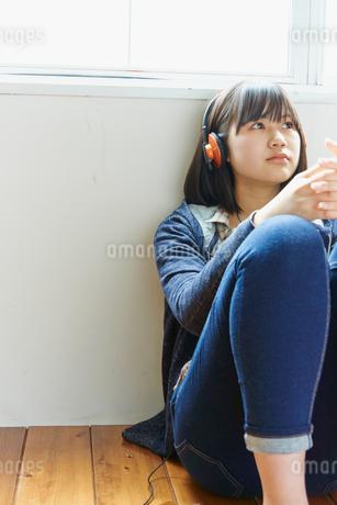 ヘッドフォンで音楽を聴く10代女性の写真素材 [FYI02056031]