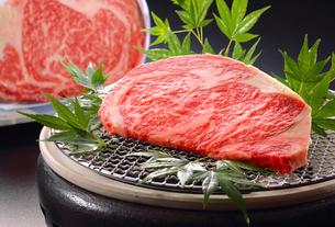 和牛のステーキ肉とブロック肉の写真素材 [FYI02056037]
