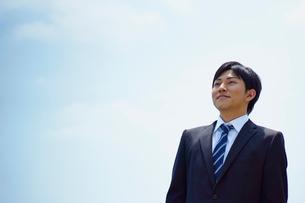 ビジネスマンと青空の写真素材 [FYI02056039]
