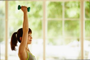 ダンベルでトレーニングをする女性の写真素材 [FYI02056050]
