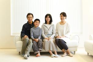 ソファに座るファミリーの写真素材 [FYI02056074]
