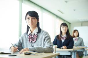 授業中の女子学生の写真素材 [FYI02056083]