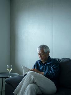 本を読むシニア男性の写真素材 [FYI02056090]