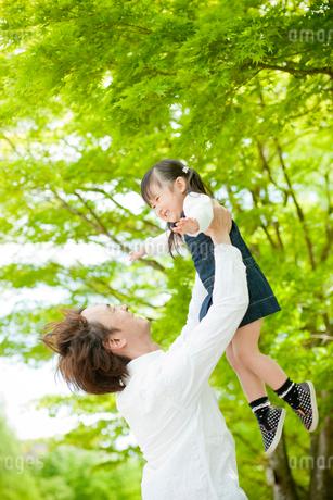 父親に抱き上げられる女の子の写真素材 [FYI02056096]