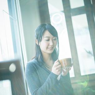 コーヒーカップを持つ女性の写真素材 [FYI02056104]