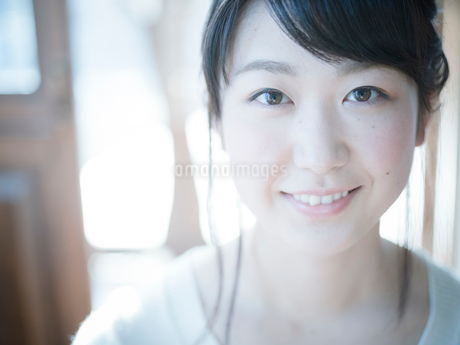 20代女性のポートレートの写真素材 [FYI02056108]
