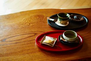 日本茶とお茶請けの写真素材 [FYI02056111]