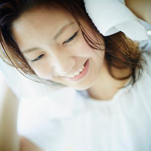 髪をタオルで拭く女性の写真素材 [FYI02056112]