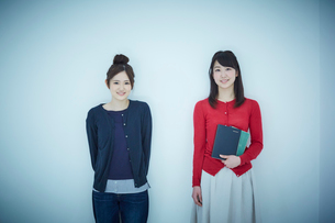 2人の女子大生のポートレートの写真素材 [FYI02056136]