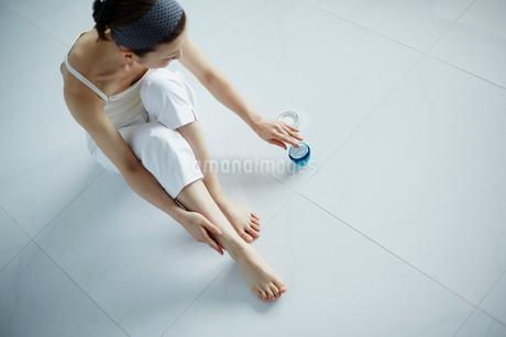 足をマッサージする女性の写真素材 [FYI02056143]