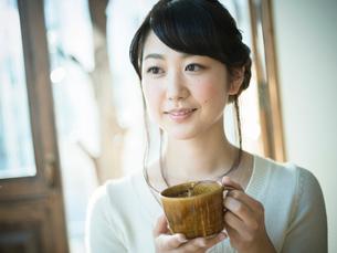 コーヒーカップを持つ女性の写真素材 [FYI02056146]