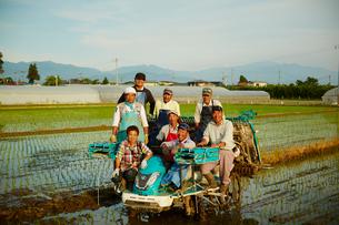 田植えした水田と農家の人達の写真素材 [FYI02056149]