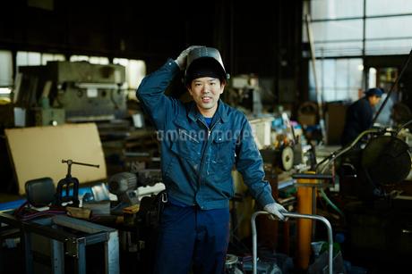 笑顔の工場作業員の写真素材 [FYI02056157]