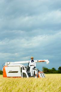 稲の収穫をする農夫の写真素材 [FYI02056166]