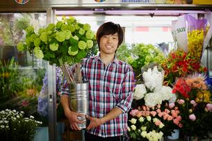 花屋の店員の写真素材 [FYI02056167]