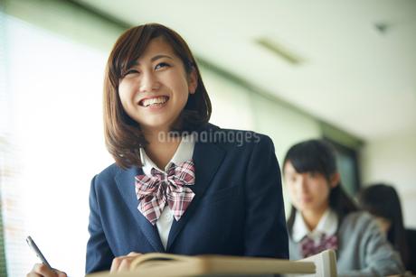 授業中の女子学生の写真素材 [FYI02056174]