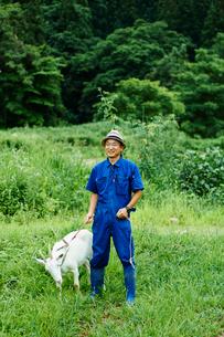 ヤギと農夫の写真素材 [FYI02056176]