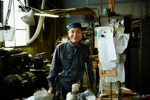 笑顔の工場作業員の写真素材 [FYI02056191]