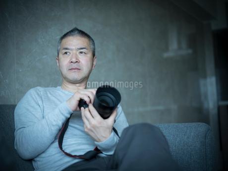 カメラを持つミドル男性の写真素材 [FYI02056194]