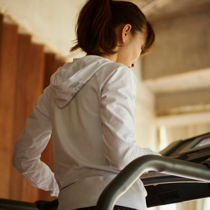 ランニングマシーンに乗る女性の写真素材 [FYI02056196]