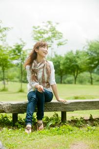 ベンチに座る女性の写真素材 [FYI02056197]