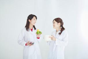 笑顔の栄養士2人の写真素材 [FYI02056201]