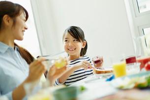 食事をする女の子と母親の写真素材 [FYI02056209]